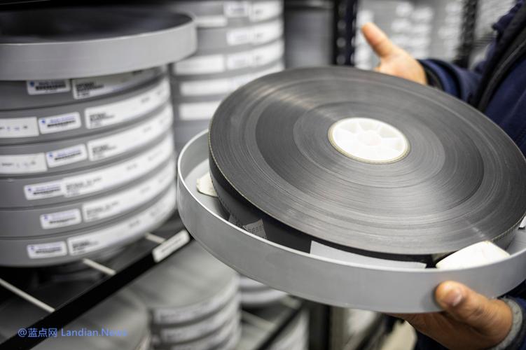 无惧湿热和干冷等极端环境 微软研发玻璃硬盘存储数据可实现世纪级存储
